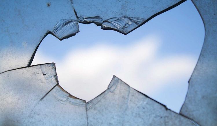 Nemohl se dostat do hotelu tak rozbil okna kamenem