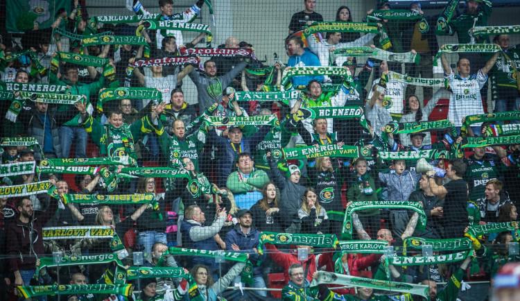 Řada fanoušků Karlových Varů nechce zpět vstupné za zrušený zápas