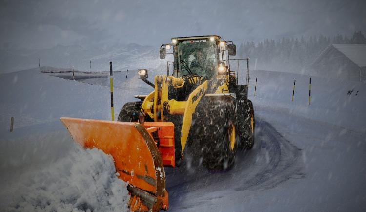Kvůli teplé zimě bez sněhu silničáři v Karlovarském kraji ušetří