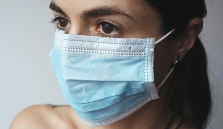 V kraji zemřel první nakažený člověk, jeden pacient se vyléčil, nemocných je 94