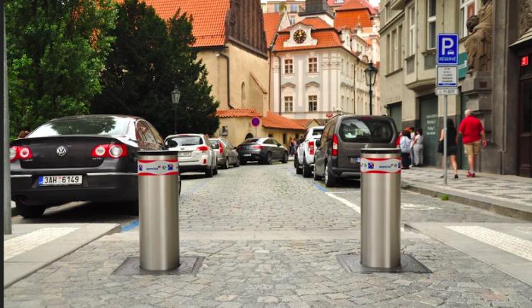 Dopravu v lázeňském území Karlových Varů omezí výsuvné sloupky