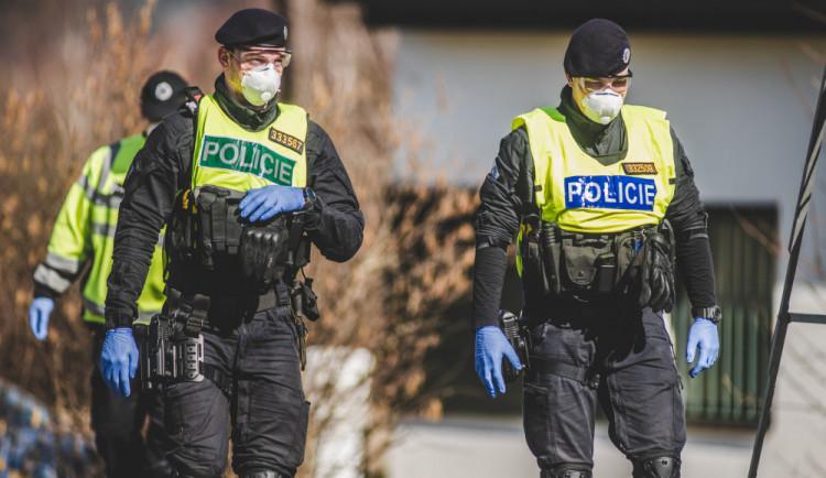 Dvě vážné dopravní nehody a 30 lidí bez roušky, policisté se rozhodně nenudili