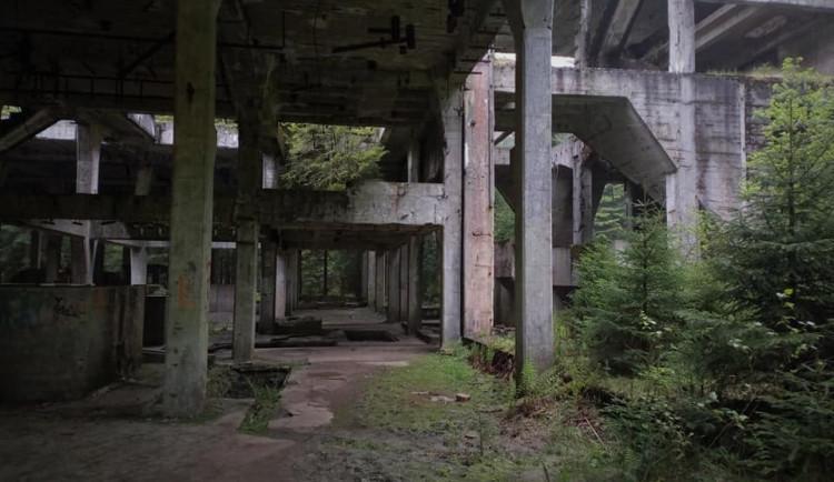 Bývalý cínový důl u Přebuzi láká turisty, řada z nich tu riskuje své zdraví