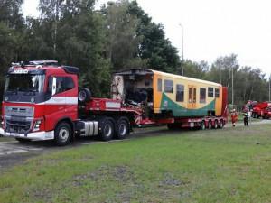 Těžká technika drážních hasičů odvezla nabouraný vlak z Perninku