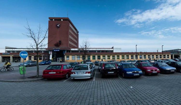 U nádraží v Chebu chybí místa k parkování, město hledá řešení