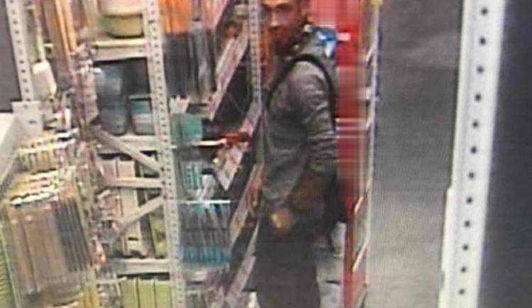 Karlovarští policisté pátrají po ozbrojeném muži, kradl v Chebu