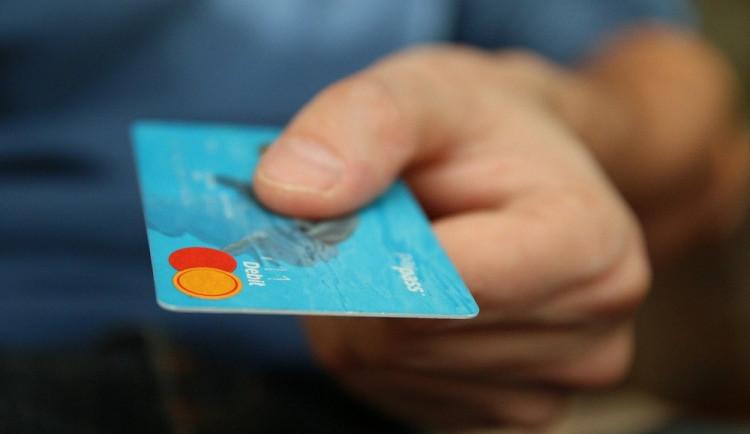 Další varování před podvodníky. Tentokrát se jménem banky snaží vylákat údaje k účtům