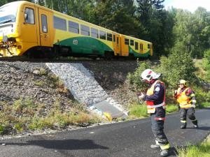 Nehoda na železničním přejezdu, v autě cestovaly i dvě děti