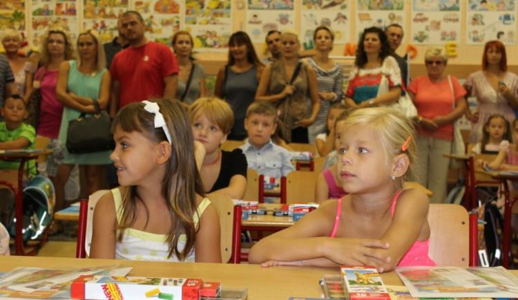 Dobrá zpráva pro rodiče prvňáčků, v Sokolově mohou s dětmi i do tříd