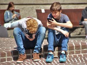PRŮZKUM: Mladí užívají návykové látky méně, víc jsou on-line