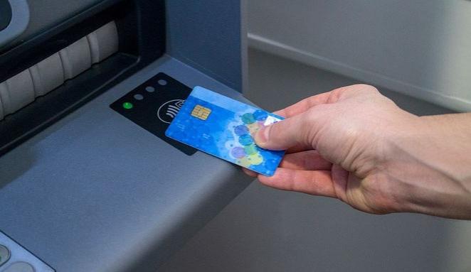 Babičce sebral bankovní karty a vybral z nich 170 tisíc korun