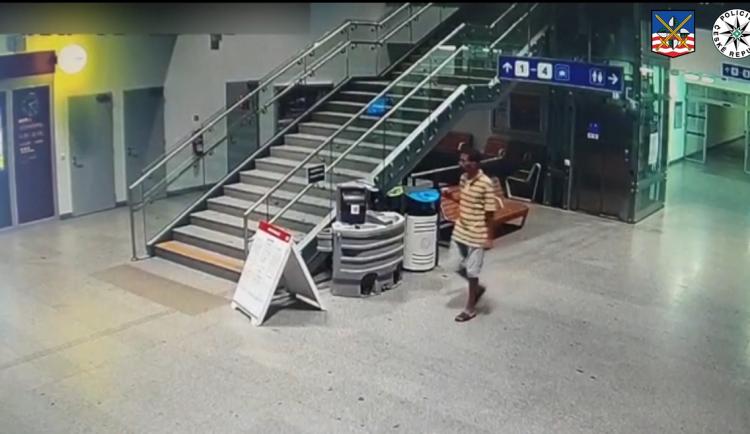 Policisté děkují za pomoc při pátrání po muži, který sahal dívce pod sukni