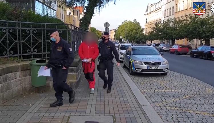 VIDEO: Vražda na Karlovarsku, viníkem je teprve devatenáctiletý mladík