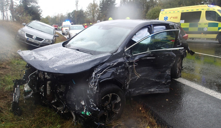 Hromadná dopravní nehoda pěti vozidel na Karlovarsku si vyžádala sedm zranění