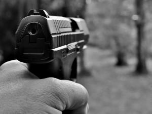 Známého hledal s nožem a pistolí v ruce, tou navíc mířil na nic netušící ženu