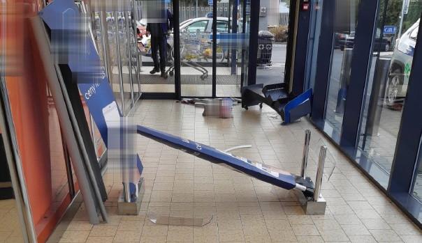 Bezpečnostní bránu v obchodě zloděj podruhé oklamat nedokázal, tak ji vzteky rozmlátil