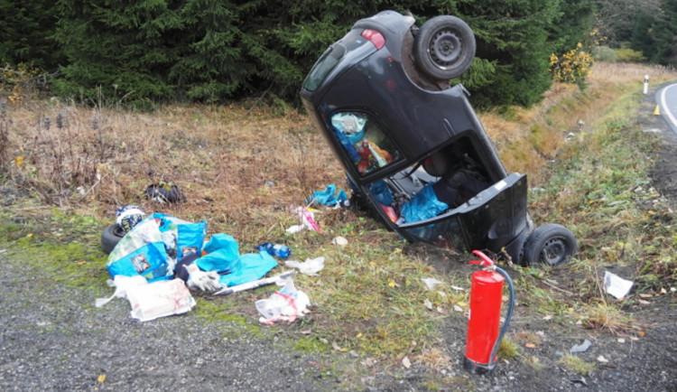 Řidič nezvládl předjížděcí manévr, sjel ze silnice a čelně narazil do betonové propusti