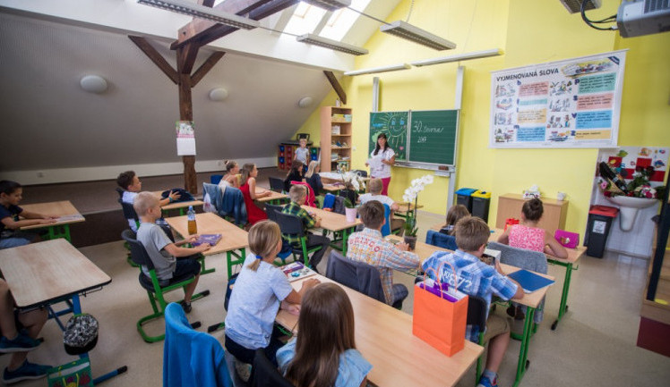 Prvňáci a druháci by se mohli vrátit do škol 18. listopadu, prohlásil dnes Babiš