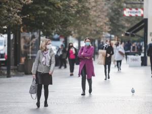 Zmírňují se opatření proti koronaviru, týkají se obchodů či shromažďování