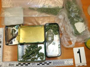 Zloděj na místě činu zapomněl své doklady a kilo marihuany
