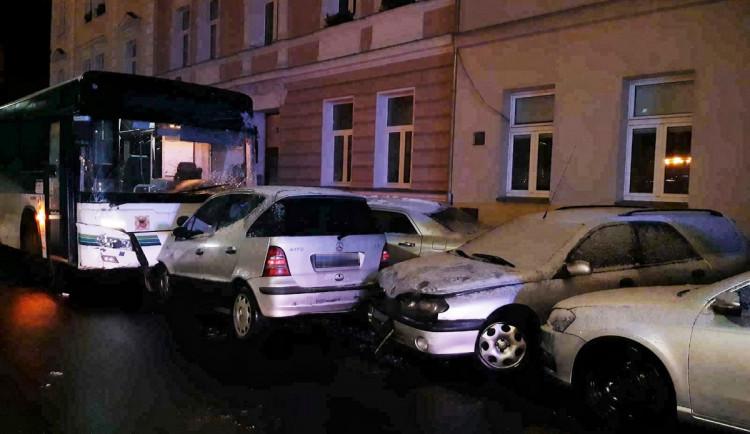 Sedmdesátiletý řidič autobusu poškodil 11 zaparkovaných aut