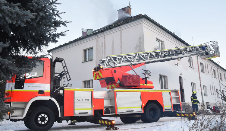 Požár zasáhl bytový dům, desítky rodin zatím bydlí v tělocvičně