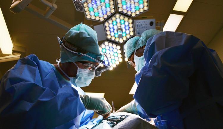 Ortopedi sokolovské nemocnice hrozí hromadnou výpovědí