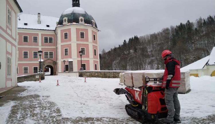 Napadaný sníh komplikuje stavební práce v areálu bečovského hradu