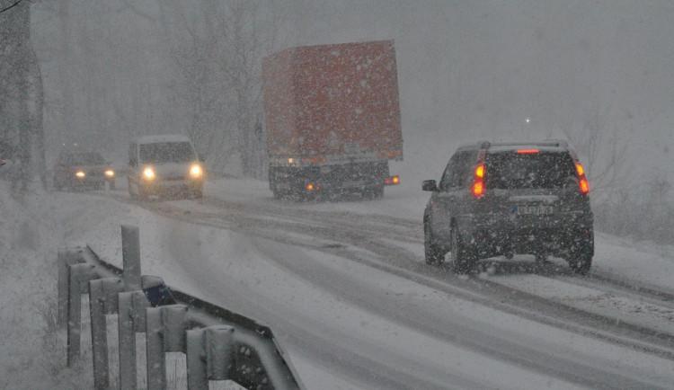 Dopravu v kraji komplikuje husté sněžení, kamiony na dálnici zablokovaly všechny jízdní pruhy