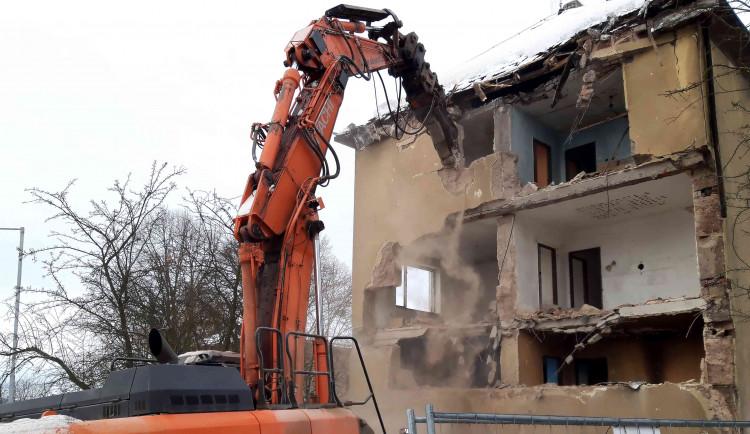 V Sokolově začala demolice vybydlených domů, nahradí je parkoviště