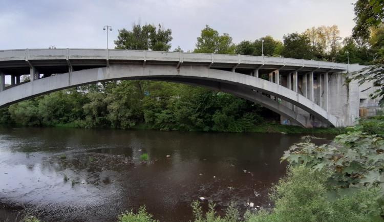 Řidiče čekají dopravní komplikace, v Karlových Varech se budou zavírat mosty