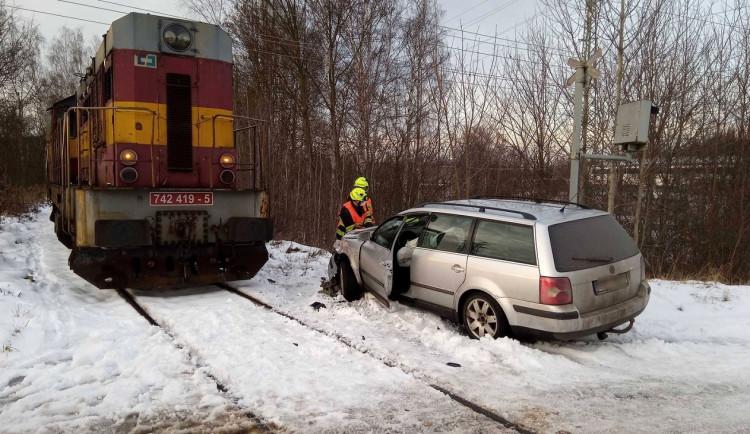 Na přejezdu se střetl nákladní vlak s autem
