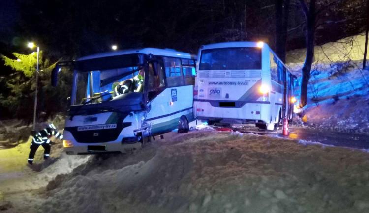 Dva linkové autobusy se srazily na namrzlé vozovce, zraněný je řidič a jeden cestující