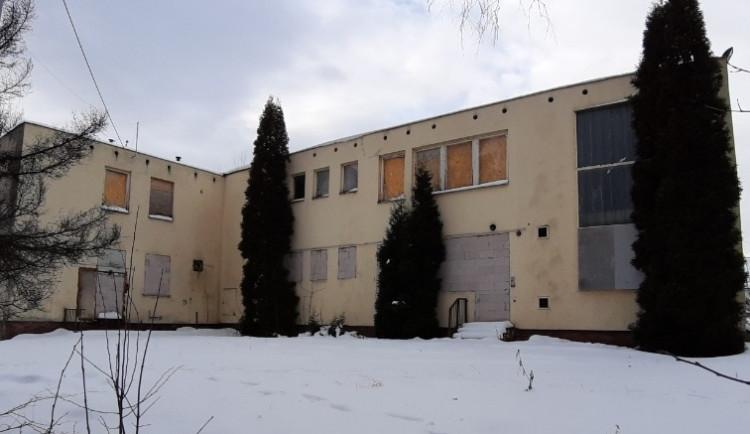Vyhořelou výrobnu knedlíků chce město přestavět na moderní knihovnu