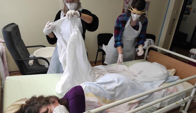 Dobrovolníci z Českého červeného kříže pomáhají v Karlovarské nemocnici