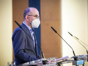 Vláda rozhodla o povinném nošení respirátorů na vybraných místech od 25. února