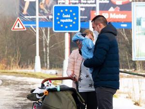 Internet obletěla fotka dojemného setkání pendlera s rodinou na hraniční čáře. Známe jeho příběh