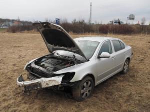Seniorka posilněná alkoholem přehlédla náklaďák. Na té samé silnici další řidič přelétl plot