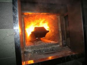 Kremační pec vyhořela, zemřelé z kraje převáží hasiči obřím mrazákem do Ústí a Liberce