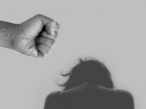 Žárlivý manžel své ženě vyhrožoval i ji několikrát napadl