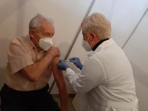 V nových centrech očkovali seniory Pfizerem a pedagogy AstraZenecou