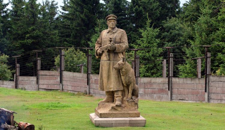 Město odmítlo prodat komunistickou sochu pohraničníka se psem