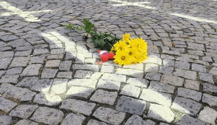 Křížky jako symbol piety i nenávisti, na dobrovolníky z Chebu se snáší vlna nenávistných komentářů