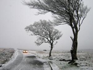 Pondělí bude velmi větrné, přinese sníh i náledí, varují meteorologové