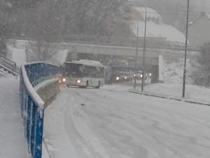 Dopravu v kraji komplikuje husté sněžení, někde se stojí v kolonách
