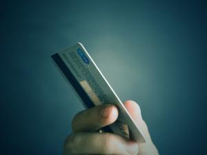 Muž ukradl spolubydlícímu platební kartu, následně utrácel tisíce za online sázky