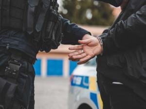Od známého si půjčil klíčky od auta a zmizel, policie muže dopadla, když řídil zfetovaný