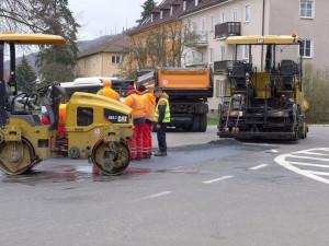 Dopravu v centru lázeňského města komplikují opravy výtluků, řidiči jsou nervózní