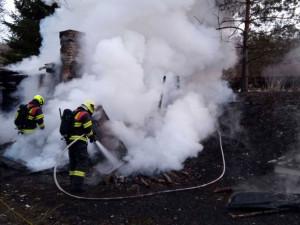 Požár opuštěné chaty na Sokolovsku zastavil provoz na železnici