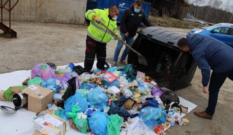 Lidé na třídění odpadu kašlou a vyhazují do černých popelnic plasty i oblečení